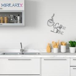 """כוס קפה עם המילים """"זמן לקפה"""" באנגלית (Time for coffee)"""