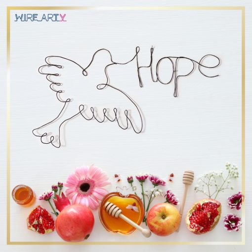 """יונה עם המילה """"תקווה"""" באנגלית (Hope)"""
