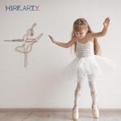 ילדה ורקדנית בלט על קורה