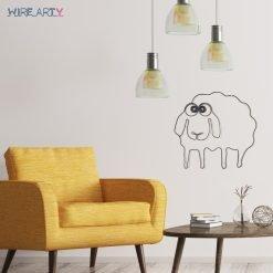 כבשה חמודה תלויה ליד כורסא