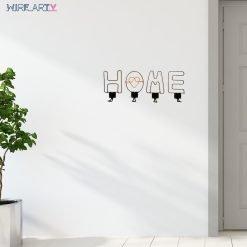 מתלים עם האותיות HOME ליד דלת כניסה