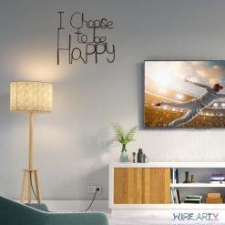 פסל של המשפט I choose to be happy תלוי על קיר הסלון