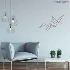 זוג ציפורים תלוי על קיר סלון