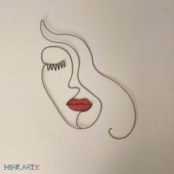 ״אישה בסטייל״ עם שפתיים אדומות