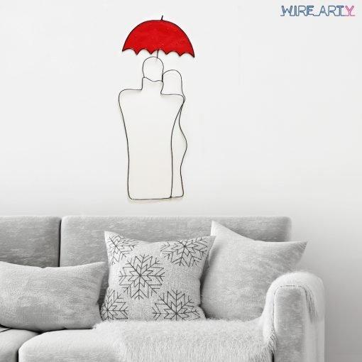 פסל זוג מתחבק בגשם תלוי מעל ספה