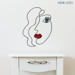 אישה עם שפתיים אדומות ועיין כחולה תלוייה