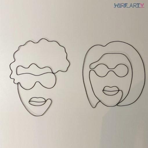פסלים של גבר ואישה עם משקפיים