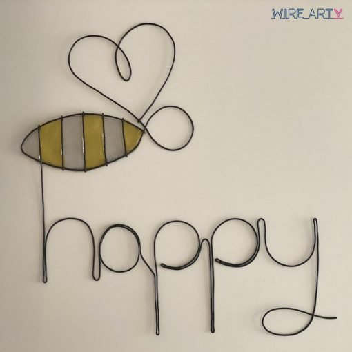 פסל עם המילה happy ודבורה בשילוב צבע צהוב