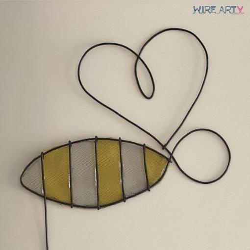 תקריב של הדבורה בשילוב בד טול וצבע צהוב