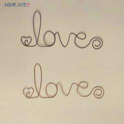 שלטים עם המילה love בצבע שחור ובצבע ברונזה